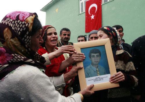 أتراك في جنازة أحد الجنود القتلى أمس (برهان أوزبيليشي ـ أ ب)