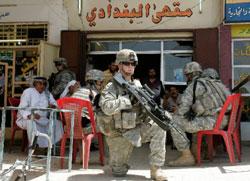 جندي عراقي أمام مقهى في أبو دشير جنوب شرق بغداد الشهر الماضي (محمود رؤوف محمود ـ رويترز)