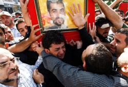 يشيّعون عنصراً من حزب الله في الضاحية الجنوبيّة لبيروت أمس (دامير ساجولي ـــ رويترز)