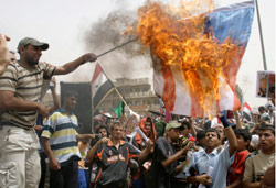 أنصار التيار الصدري يحرقون العلم الأميركي رفضاً للاتفاقيّة في مدينة الصدر يوم الجمعة الماضي (كريم كاظم ـــ