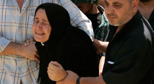 فلسطينيّة خلال تشييع أحد أقاربها الذي استُشهد في غزّة أول من أمس (إسماعيل زايدة ـــ رويترز)