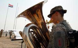 جندي أميركي يعزف الموسيقى داخل إحدى القواعد العسكرية الأميركية في العراق (أرشيف ــ رويترز)