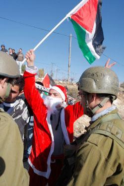 متظاهرون فلسطينيون قرب بيت لحم (ناصر شيوخي ــ أ ب)