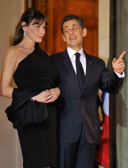 ساركوزي وزوجته كارلا بروني (فيليب فوجازير ــ رويترز)