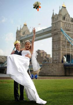شبيها العروسين يؤديان بروفة اليوم المنتظر