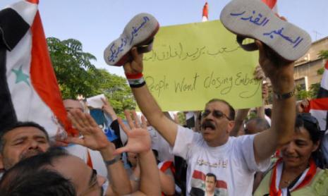 من الاحتجاجات التي نظمها مؤيدو النظام احتجاجاً على زيارة السفيرين الأميركي والفرنسي إلى حماه (مظفر سلمان - أ ب)