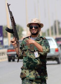 مقاتل معارض للقذافي ينظم السير في بنغازي أمس (عبد الله دوما ــ أ ف ب)