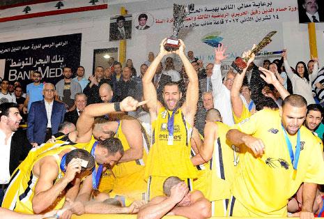 لاعبو الرياضي مع كأس النسخة الماضية (عدنان الحاج علي)