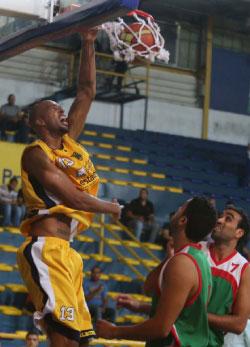 لاعب الرياضي لورين وودز يسجّل في سلّة سبورتنغ (عدنان الحاج علي)