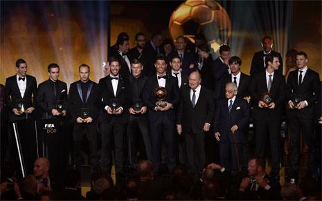 رونالدو محاطاً بمنتخب السنة بعد تسلّمه الكرة الذهبية (أ ف ب)