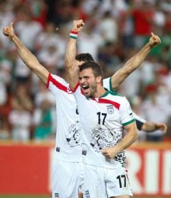 فرحة اللاعبين الايرانيين بعد الفوز على الامارات (أ ف ب)