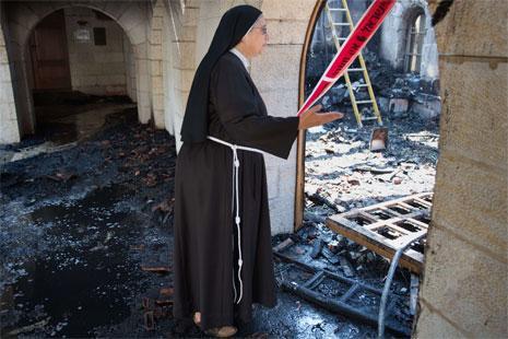 لم يطل الحريق الذي شب أمس الكنيسة نفسها لكنها كانت قد تعرضت للتخريب قبل سنة (أ ف ب)