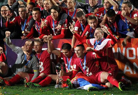 لاعبو صربيا يحتفلون بحمل كأس البطولة (مايكل برادلي ـ أ ف ب)