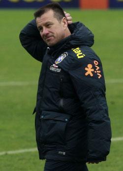مدرب البرازيل دونغا في حصة تدريبية (أ ف ب)