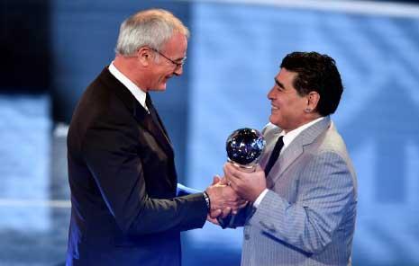 مارادونا يسلم رانييري جائزة أفضل مدرب (أ ف ب)