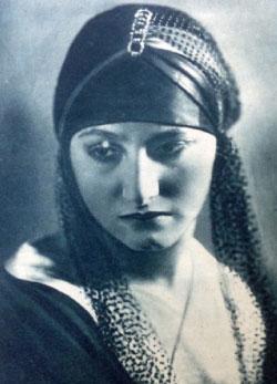 فتحية أحمد في صورة دعائية من مجلة «الدنيا المصورة» عام 1930