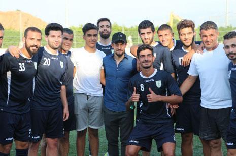 لاعبو الشباب العربي يلتقطون صورةً تذكارية مع بطل كأس القارات