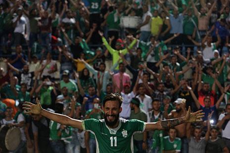 لاعب الأنصار خالد تكه جي يحتفل مع جمهوره بالفوز على النجمة