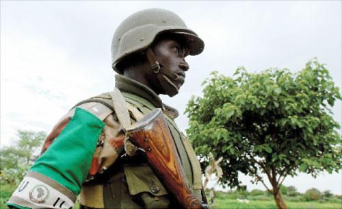 جندي من قوات الاتحاد الأفريقي في شمال دارفور (رويترز)