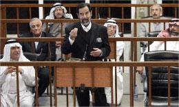 صدام وأعوانه خلال جلسة المحاكمة في حملة الأنفال في بغداد أمس (أ ب)