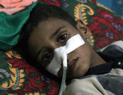 فتى عراقي أصيب في مدينة الصدر شرقي بغداد أمس (أ ب)