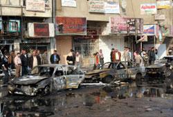 جانب من أحد شوارع بغداد حيث فجرت سيارتان مفخختان أمس (أ ب)