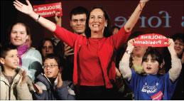 رويال تحيّي مناصريها خلال لقاء انتخابي في كريش وسط فرنسا الأربعاء الماضي (أ ب)