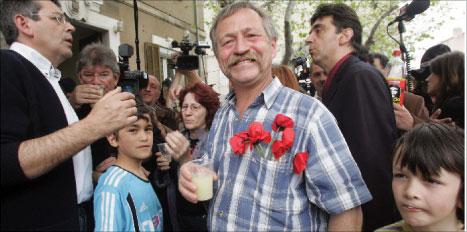 بوفيه خلال لقاء انتخابي في مارسيليا في جنوب فرنسا أوّل من أمس (ميشيل غانيه - أ ف ب)