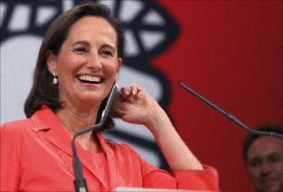 رويال خلال مهرجان اشتراكي لدعم مرشّحي حزبها في ليل أول من أمس (دينيس شارلي - أ ف ب)