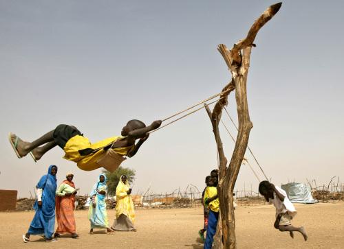 أطفال يلهون في مخيم للاّجئين جنوبي إقليم دارفور في نيسان الماضي (ناصر ناصر - أ ب)