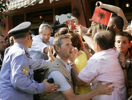ألبان يتهافتون للترحيب ببوش في تيرانا أمس (جيرالد هربرت - أ ب)