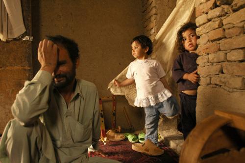 عائلة أفغانية لاجئة في احد المباني الآيلة للسقوط في كابول أول من أمس (مسعود حسيني - أ ف ب)
