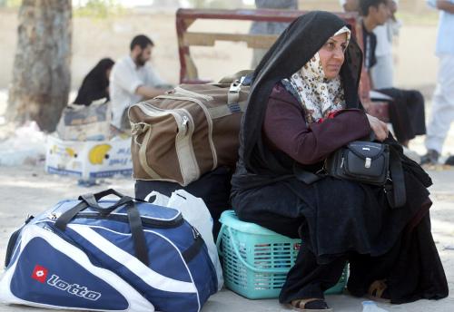 عراقية تنتظر قافلة لتقلها الى كربلاء (أرشيف - أ ف ب)