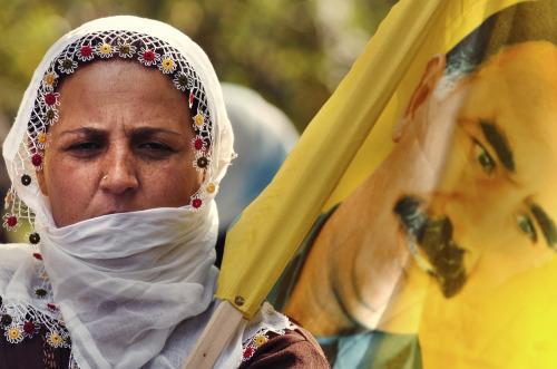 مناصرة لـ«حزب العمّال الكردستاني» ترفع صورة عبد الله أوجلان خلال احتجاج في ستراسبورغ أمس (سيدريك جوبير ــ أ ب)