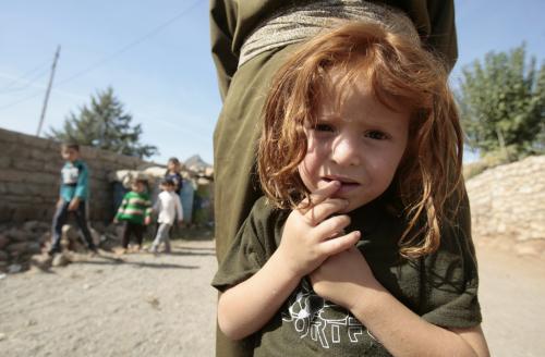 طفلة كرديّة هاربة من منزلها على الحدود العراقيّة ـ التركيّة خوفاً من الاجتياح التركي (أحمد الربيعي ــ أ ف ب)