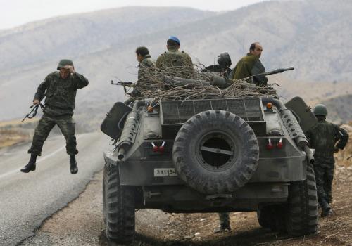 جنود أتراك خلال دوريّة في سرناك في جنوب شرق البلاد أمس (عثمان أورسال ـ رويترز)
