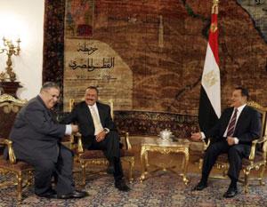 مبارك وصالح  والطالباني في القاهرة أمس (ناصر نوري ـ رويترز)