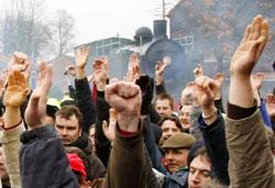 نقابيّون فرنسيّون يصوّتون لمصلحة استمرار الإضراب في ليل شمال فرنسا أمس (ميشال سبينغلر ـ أ ب)