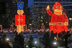 زينة أعياد الميلاد في شوارع برلين أوّل من أمس (سيباستيان ويلنو ــ أ ف ب)