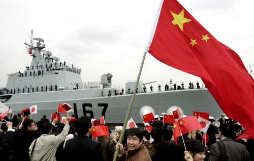 صينيّون مقيمون في اليابان يرحّبون بالمدمّرة الصينية «شنزن» في طوكيو الشهر الماضي (توشيفومي كيتامورا ـ أ ف ب