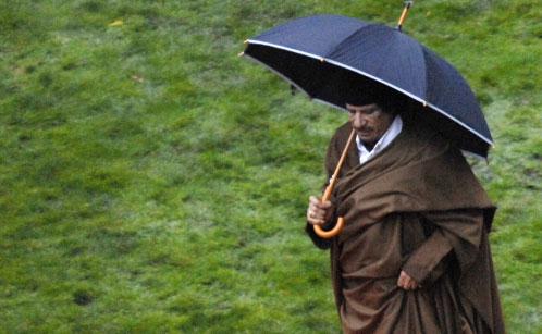 معمّر القذافي يتوجّه نحو خيمته في حديقة مارينييه في باريس أمس (ستيفان دو ساكوتين ـ أ ف ب)