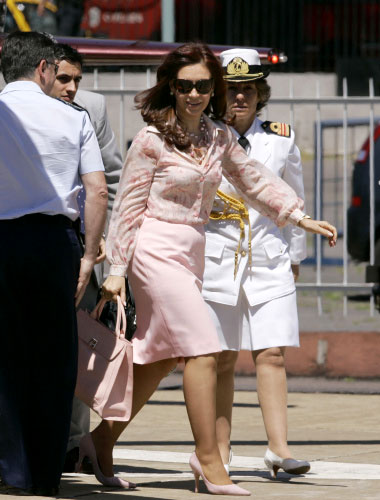 كريستينا كيرشنر تصل إلى قصر الرئاسة في بوينوس آيرس أمس (جورجي ساينز ـ أ ب)