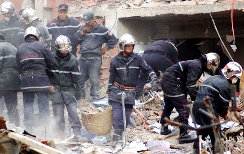 عمّال إنقاذ عند موقع التفجير الذي استهدف مبنى الأمم المتّحدة في الجزائر أمس (أ ب)