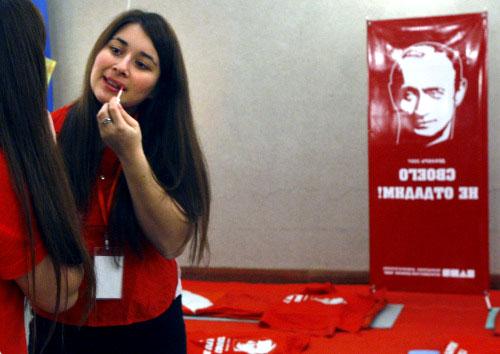ناشطة في «ناشي» تتزيّن أمام صورة لبوتين في موسكو في كانون الأوّل الماضي (ميشا جاباريدزيه ـ أ ب)