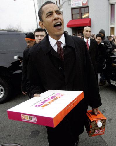 أوباما يوزّع القهوة والحلويات على مناصريه في واشنطن أمس (ريك باومر ـ أ ب)