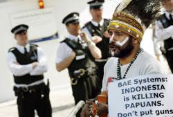 بريطاني يتظاهر ضدّ صفقة اليمامة في لندن أمس (أدريان دينيس ـــ أ ف ب)