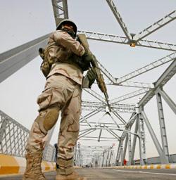 جندي عراقي على جسر الصرافيّة بعد إعادة افتتاحه في بغداد أمس (ثائر السوداني ـــ رويترز)