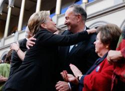 كلينتون تعانق نائبين ديموقراطيّين في واشنطن أول من أمس (سوزان والش ـــ أ ب)