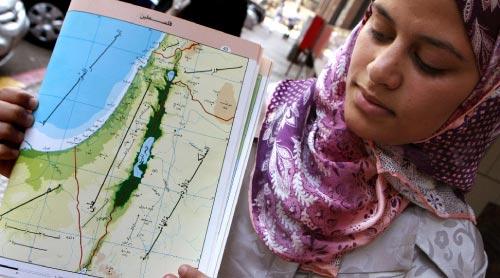 طالبة مصريّة تحمل خريطة الشرق الأوسط في ثانويّتها في القاهرة الشهر الماضي (كريس بورونكل ـــ أ ف ب)