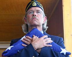 ضابط سابق في الجيش الأميركي يودّع جنديّاً قُتل في العراق في الثامن من الشهر الجاري (أ ب)